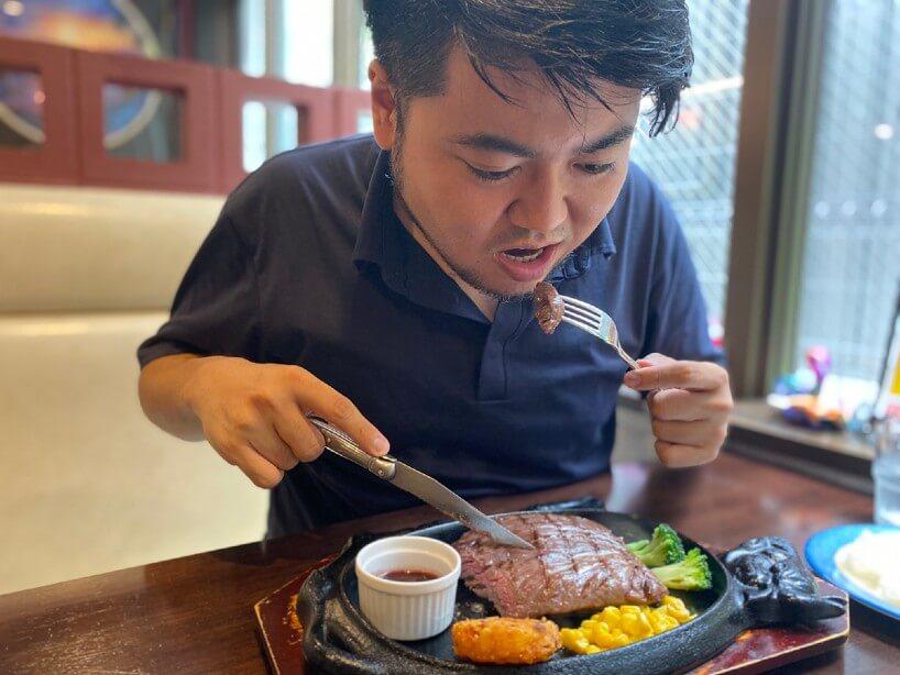 ステーキを食べる様子